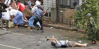 Un fotografo steso a terra riprende gli scontri. Molto probabilmente si tratta del fotografo giapponese ucciso pochi istanti dopo dalla polizia (FotoReuters)