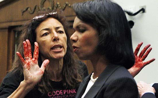 Una pacifista protesta contro la guerra. La donna è riuscita sorprendentemente ad avvicinarsi al Segretario di Stato Condoleeza Rice, senza incontrareresistenza.
