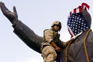 La bandiera americana sulla statua di SaddamHussein