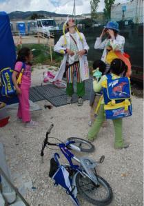 Clown-dottori nella tendopoli di piazza delle Armi