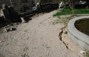 La terra si è lesionata per effetto del sisma. Nelle vicinanze di Porta Napoli