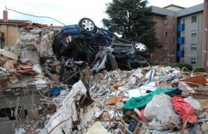 Ciò che resta della palazzina in via D'Annunzio dopo le ricerche