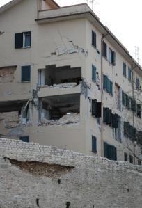 Condominio lesionato, nella parte bassa dell'Aquila